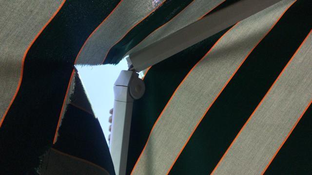 Bracci tenda da sole spezzati e telo strappato
