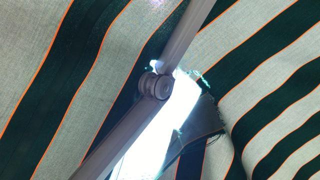 Telo tenda da sole strappato