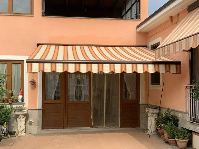 Tenda da sole installata a Torino vista frontale