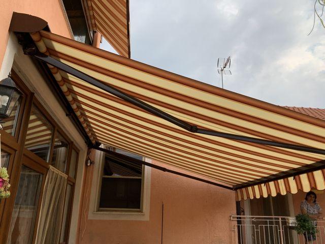 Tenda da sole aperta vista laterale installazione a Torino