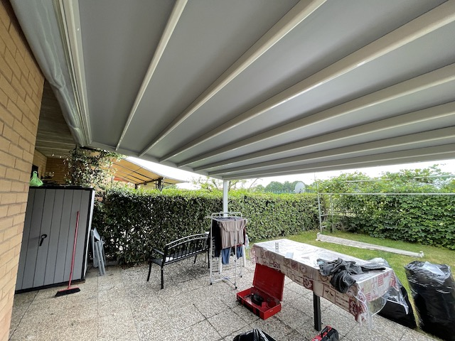 Pergola in alluminio con tenda scorrevole motorizzata